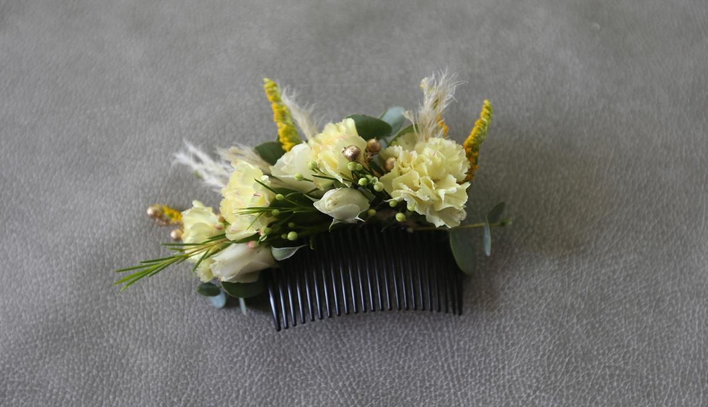 La peineta tiene claveles amarillos, mini rosas blancas, silver dolar y follaje. Una alternativa novedosa para Año Nuevo. (Foto: Violeta Ayasta)