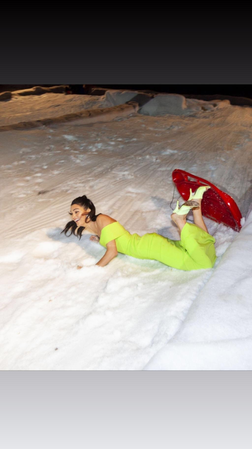 Kim Kardashian usó su cuenta de Instagram para trolear a Kendall Jenner por su caída en la fiesta de Año Nuevo familiar.