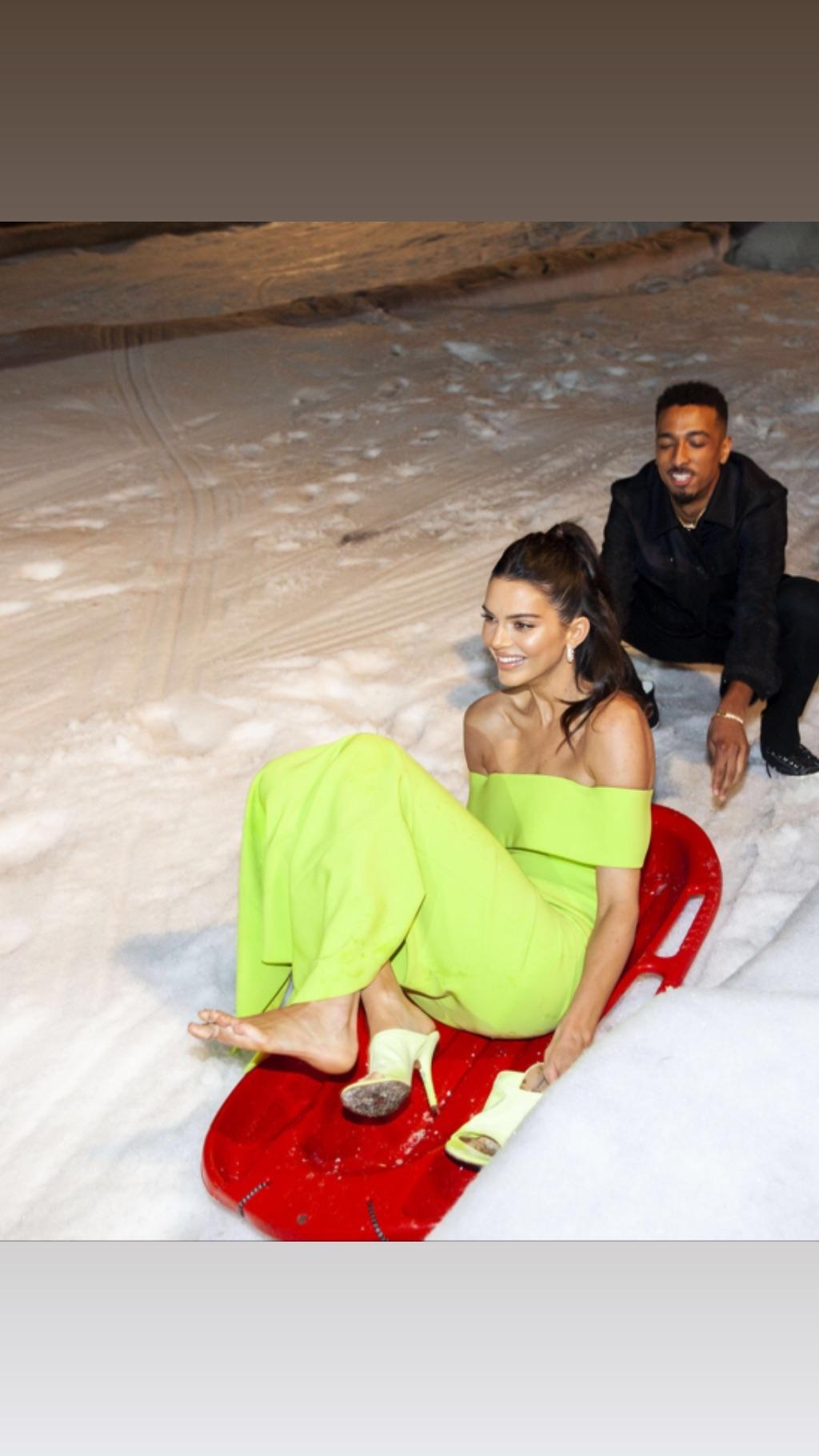 Kendall Jenner y su caída en la fiesta de fin de año familiar. (Foto: Instagram)