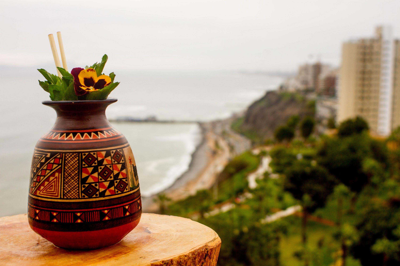 El 'Pacific pearl' una misteriosa bebida a base de licor de cancha serrana y servida en una vasija incaica. (Foto: Zandra Carbajal A.)