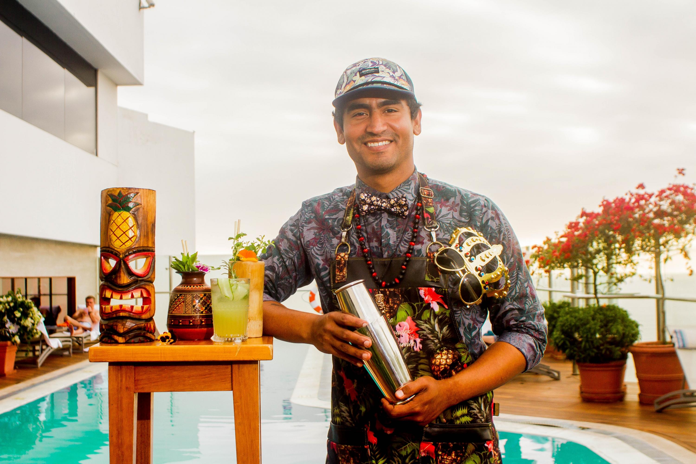 Renzo Bermudez es el barman del Belmond Miraflores Park y creador de estos exóticos tragos que tienen como base el ron. (Foto: Zandra Carbajal A.)