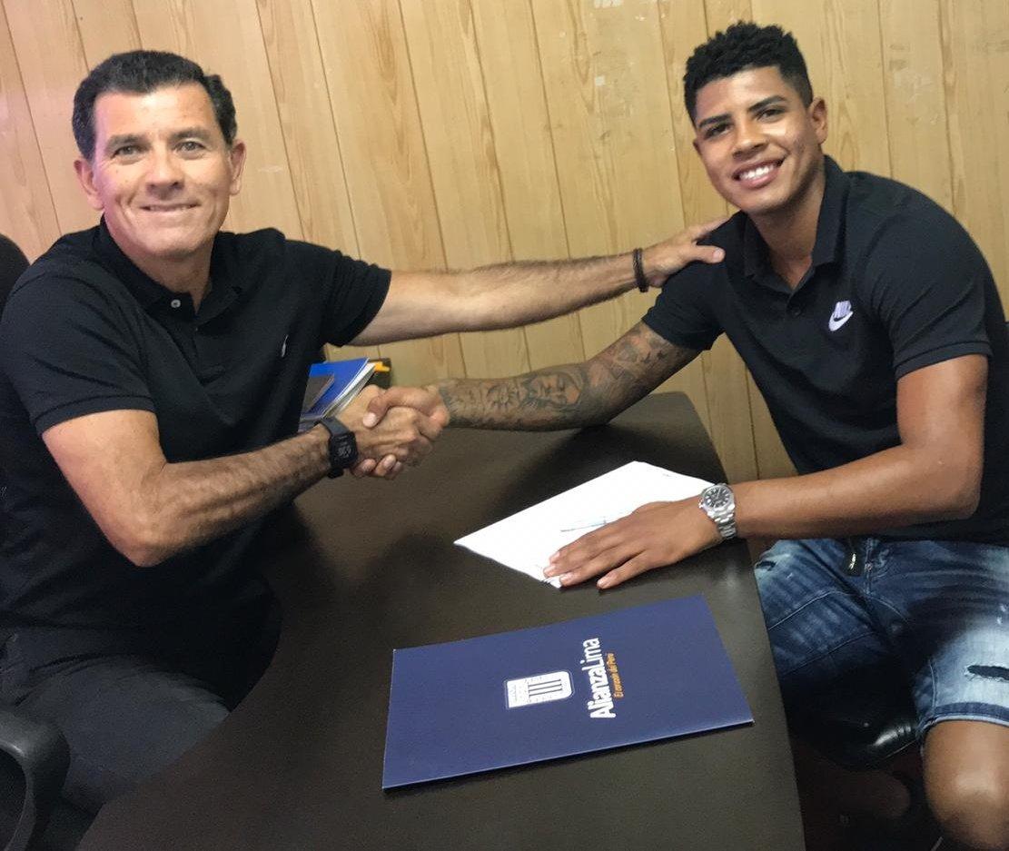 Wilder Cartagena, en la firma de contrato con Alianza Lima.