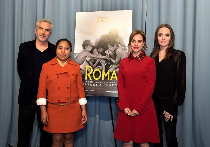 Angelina Jolie posando al lado de las actrices y director de
