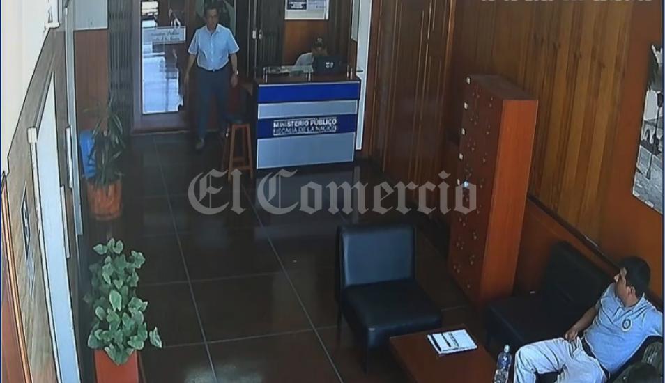 La cámara de seguridad del piso 9 del Ministerio Público captó a Aldo León Patiño cerca de la oficina lacrada de la cual se retiró información el sábado 5 de enero. (Foto: El Comercio)