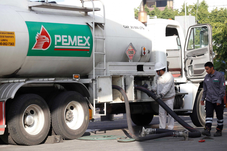 Trabajadores de Pemex surten combustible en una gasolinera de la ciudad de Guadalajara, estado de Jalisco. (EFE).