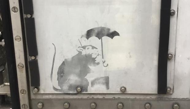 El dibujo, de altura más pequeña a la de un folio A4, muestra a un ratón sosteniendo un paraguas y fue descubierto en una barrera de metal cerca de la estación Hinode. (Foto: Facebook de Yuriko Koike, gobernadora de Tokio)