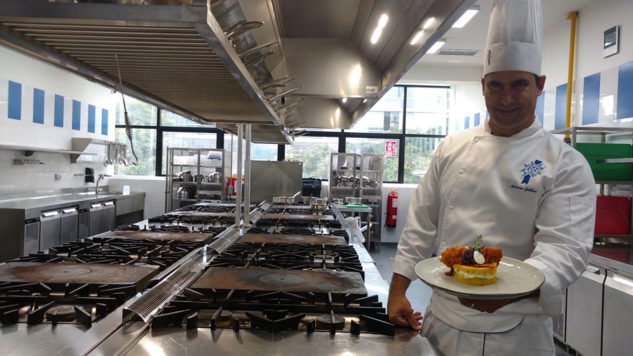 El investigador gastronómico y docente Andrew Gibbon nos da está causa más gourmet a base de crujientes langostinos y una salsa escabechada.