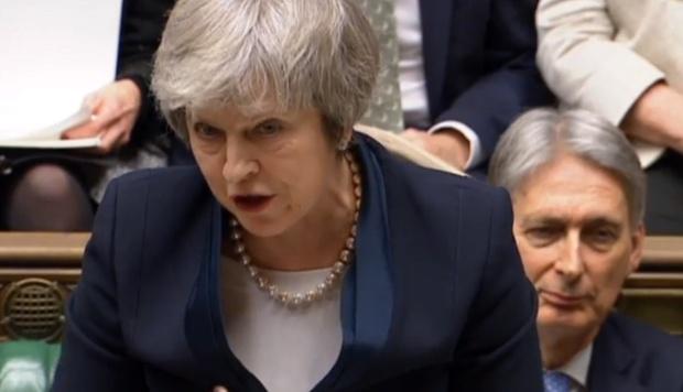 La primera ministra mantuvo el domingo contactos con sus ministros de cara a la presentación hoy de su