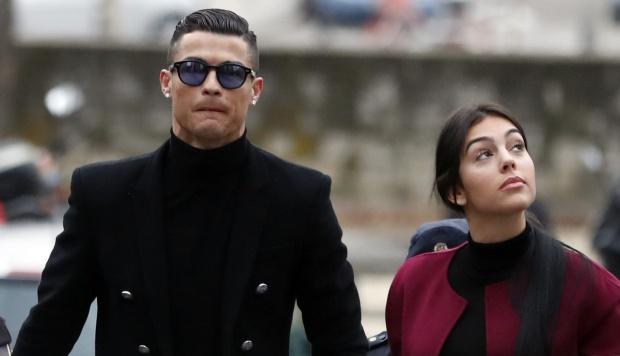 El exjugador del Real Madrid y delantero de la Juventus de Italia Cristiano Ronaldo, junto a su pareja Georgina Rodríguez, a su llegada este martes a la Audiencia Provincial de Madrid. (Foto: EFE)