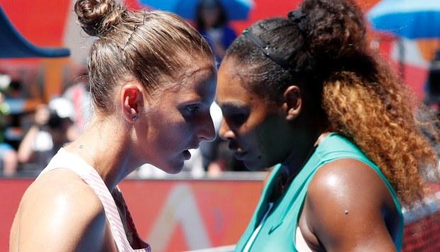 La estadounidense Serena Williams (d) se cruza con la checa Karolina Pliskova durante un partido de cuartos de final del Abierto Australia que se disputa este miércoles en Melbourne (Australia). (Foto: EFE)