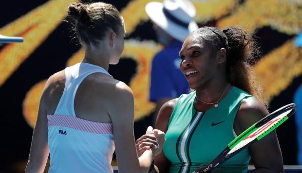 La checa Karolina Pliskova reacciona mientras juega ante la estadounidense Serena Williams durante un partido de cuartos de final del Abierto Australia que se disputa este miércoles en Melbourne (Australia). (Foto: EFE)