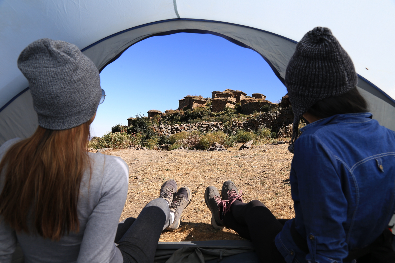 Desde tu campamento podrás tener una vista privilegiada de las casas de piedra que hay en Rupac. (Foto: PromPerú)