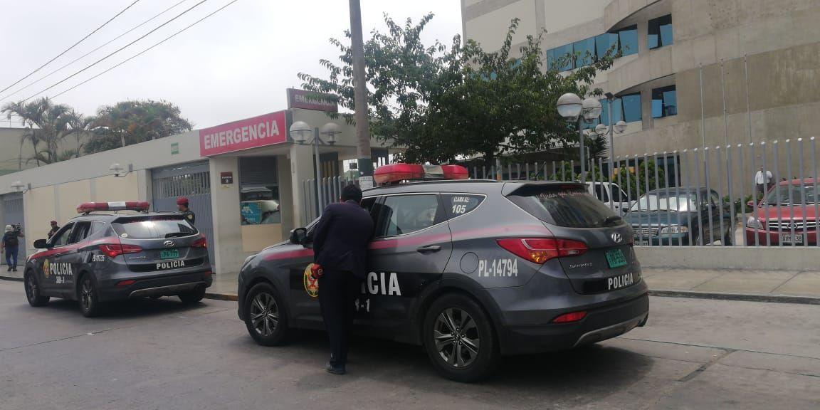 Aproximadamente a la 1 p.m. de hoy llegaron los patrulleros de la policía a la Clínica Centenario para supervisar el traslado de Alberto Fujimori. (Foto: Rolly Reyna / GEC)