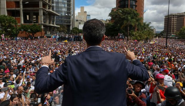 El presidente del Parlamento venezolano, Juan Guaidó, saluda a manifestantes tras anunciar que asume las competencias del Ejecutivo. (Foto: EFE)