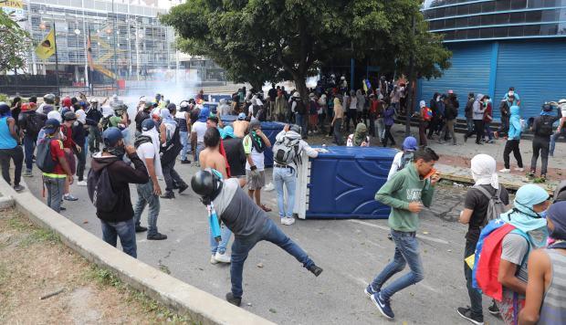 Manifestantes se enfrentan al Policía Nacional Bolivariana durante una protesta contra el presidente de Venezuela, Nicolás Maduro. (Foto: EFE)