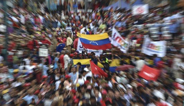 Los partidarios del gobierno del presidente Nicolás Maduro participan en una marcha en respuesta a las protestas de los partidarios de la oposición. (Foto: AFP)