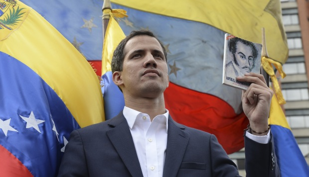 El jefe de la Asamblea Nacional de Venezuela, Juan Guaido, se declara a sí mismo el