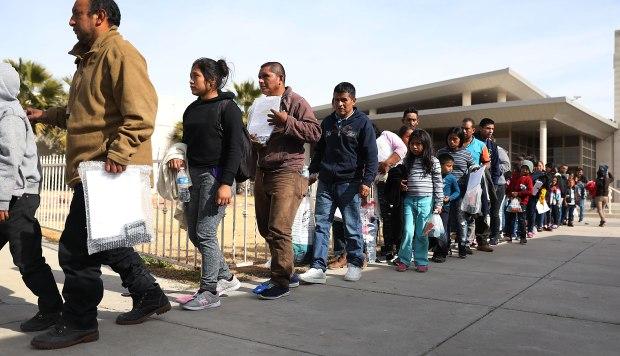 Los migrantes llegan a las instalaciones de Annunciation House para ser atendidos después de ser liberados por el Servicio de Inmigración y Control de Aduanas de los Estados Unidos. (Foto: AFP)