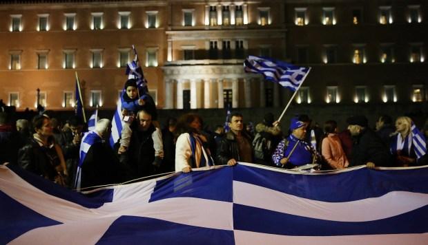 El debate estuvo nuevamente acompañado de una manifestación nacionalista en la plaza de Syntagma, en la que participaron unas 3.000 personas. (Foto: EFE)