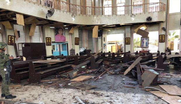 Una foto distribuida por las Fuerzas Armadas de Filipinas muestra escombros dentro de una iglesia católica donde explotaron dos bombas en la ciudad de Jolo. (Foto: EFE)
