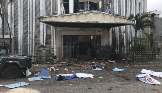 Cuerpos cubiertos yacen en el suelo frente a una iglesia después de dos explosiones en la ciudad de Jolo. (Foto: EFE)