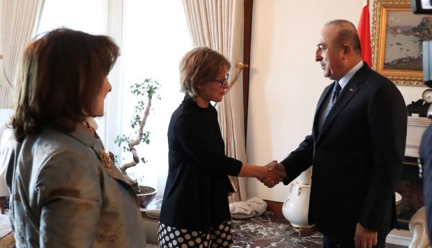 El ministro turco de Exteriores, Mevlut Cavusoglu, recibe a la relatora de la ONU, Agnés Callamard, durante su reunión, este lunes, en Ankara, Turquía. (Foto: EFE)