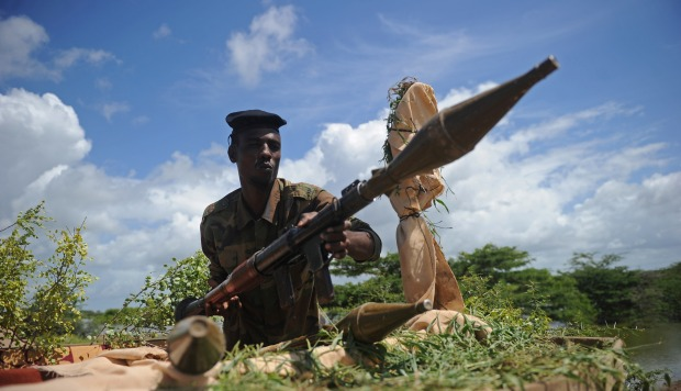 Un soldado somalí sostiene un arma de mortero en la base militar de Sanguuni al sur de Mogadishu, Somalia. (Foto: AFP)