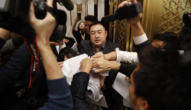 Reporteros de medios de comunicación se reúnen para llevar adelante el documento detallado del PIB en una conferencia de prensa de la Oficina de Información del Consejo de Estado. (Foto referencial: China)