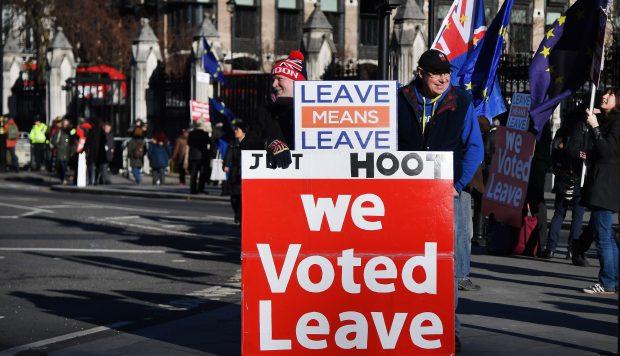 Un activista a favor del Brexit sostiene pancartas ante el edificio del Parlamento británico este lunes en Londres, Reino Unido. (Foto: EFE)