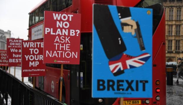 Carteles en contra del brexit permanecen colgados este jueves ante el Parlamento británico en Londres, Reino Unido. (Foto: EFE)