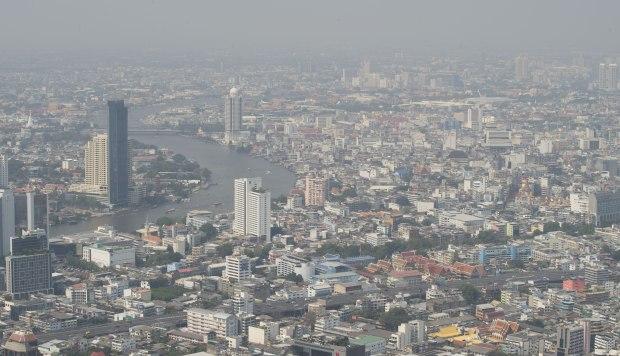 Los edificios de gran altura y el río Chao Phraya se ven desde el rascacielos King Power Mahanakhon, la plataforma de observación más alta de Bangkok. (Foto: AFP)