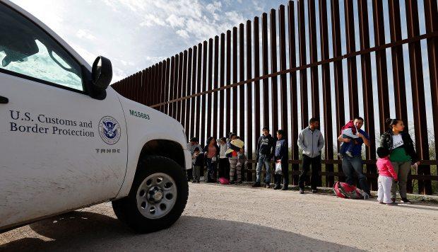 Familias mexicanas que trataban de pasar la frontera de Estados Unidos de forma ilegal, se entregan a los guardias estadounidenses cerca del cercado fronterizo a lo largo del Valle del Río Grande. (Foto: EFE)