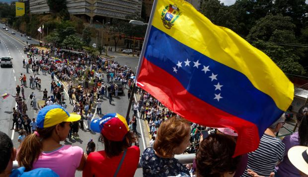 Opositores venezolanos participan en una manifestación para exigir el fin de la crisis y en respaldo a la Presidencia interina de Juan Guaidó, en Caracas (Venezuela). (Foto: EFE)