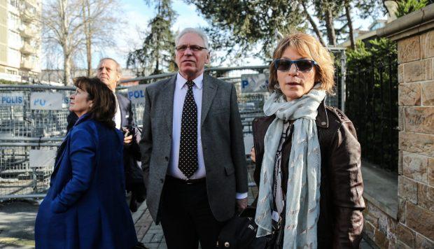 La relatora de la ONU, Agnés Callamard, intenta visitar el consulado saudí, que le ha prohibido la entrada, en Estambul. (Foto: EFE)