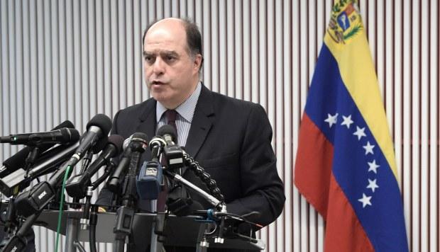 Julio Borges, representante ante el Grupo de Lima del autoproclamado presidente venezolano, Juan Guaidó, habla durante una rueda de prensa. (Foto: EFE)