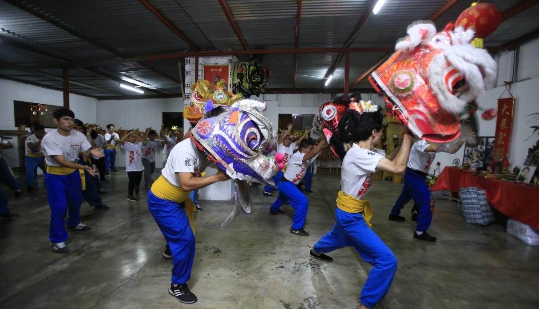 Danzantes que le dan vida a los dragones integran la Sociedad Chung Shan. (Foto:Jessica Vicente)