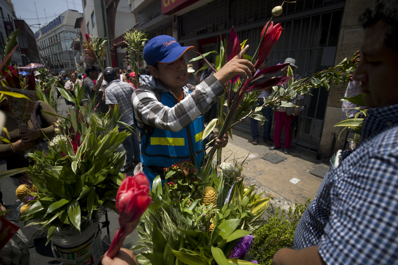 Ramas de bambú y flores maracas eran vendidas como pan caliente. Según la creencia, son portadoras de buenasnuevas. (Foto: Renzo Salazar)