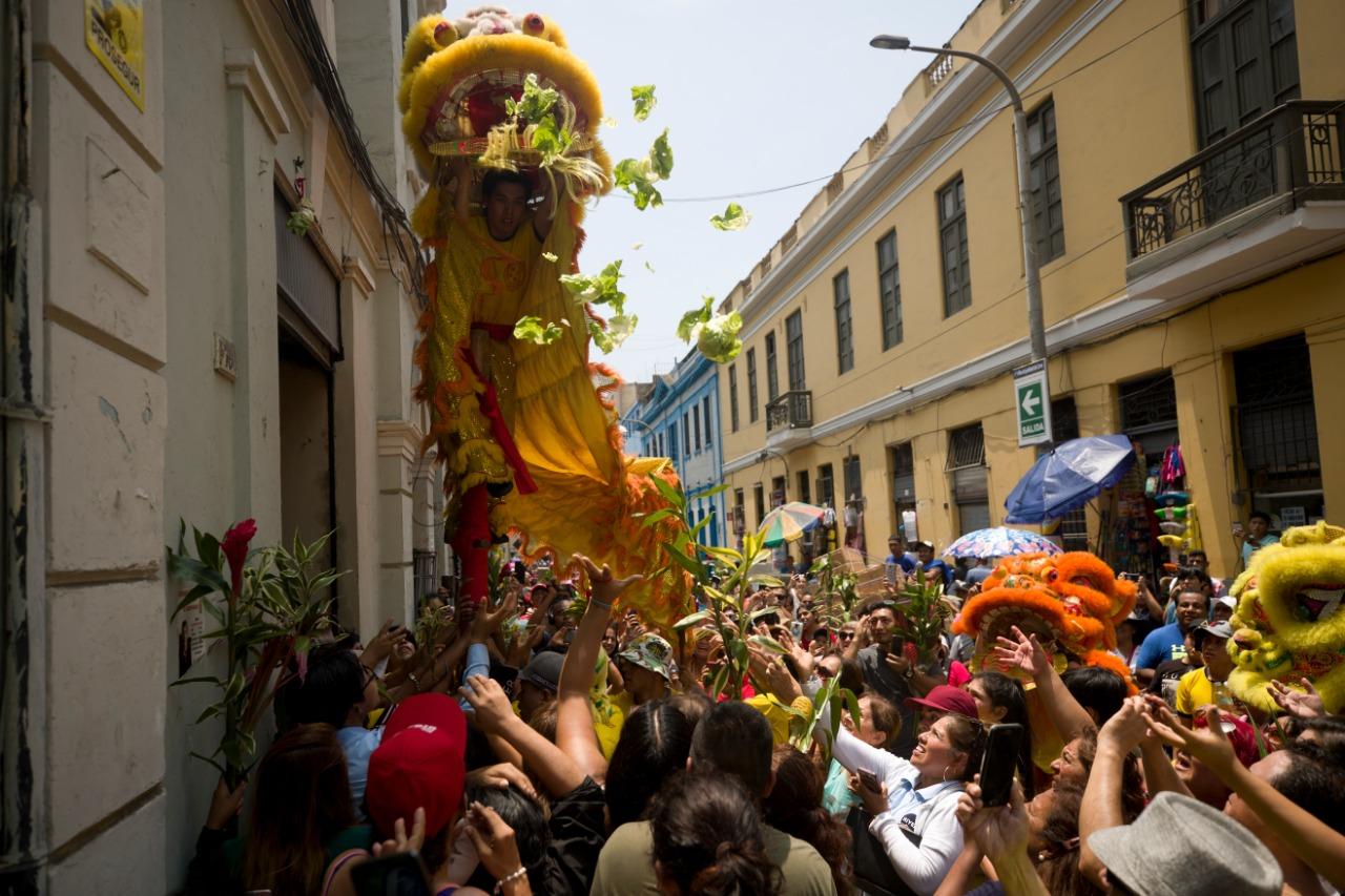 La lechuga es el alimento favorito de los leones que recorrieron todo el Barrio Chino. (Foto: Renzo Salazar)