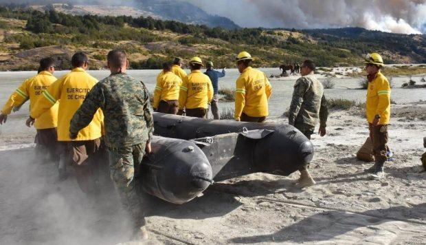 Las Fuerzas Armadas entraron en directa acción en la batalla de los incendios que han destruido cerca de 10.000 hectáreas de cultivos, bosques y vegetación. (Foto: EFE)