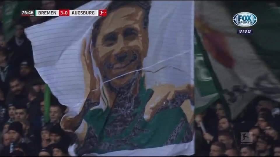 La bandera con el rostro de Claudio Pizarro en el estadio de Werder Bremen. (Foto: captura FOX Sports)