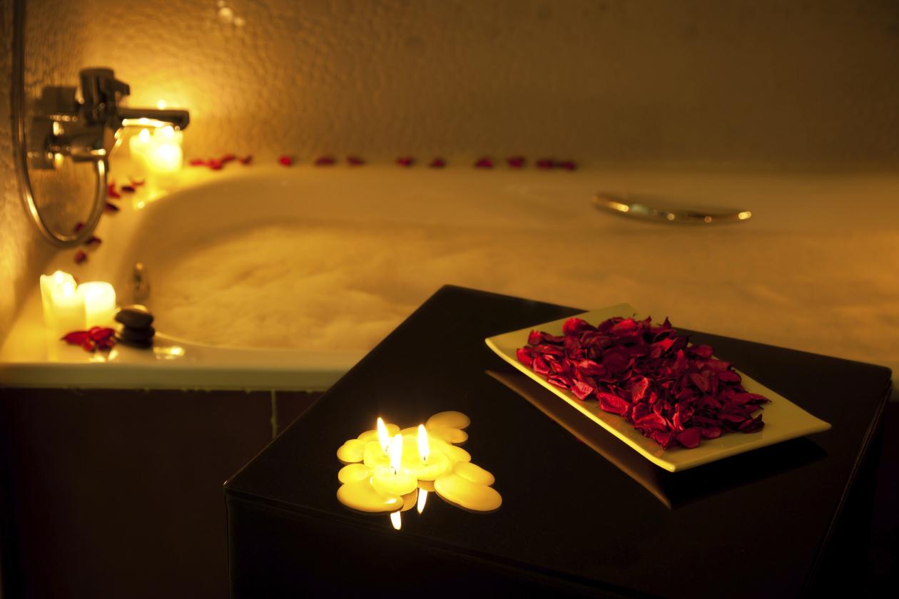 La cuarto de baño se puede convertir en un elegante spa colocando flores y velas. (Foto: Difusión Claudia Tassara)