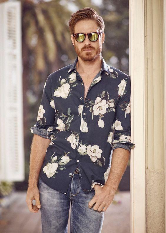 Una camisa floreada combina frescura y elegancia, dependiendo el pantalón que desees llevar. (Foto: Menifesto)