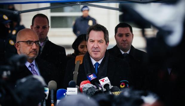 El abogado Jeffrey Lichtman habla con los medios de comunicación a su salida del juzgado donde se ha pronunciado la sentencia contra ''El Chapo'', este martes en Brooklyn, Nueva York. (Foto: EFE)