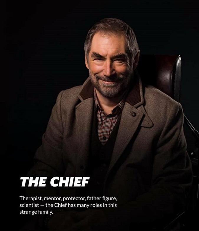 """""""Terapeuta, mentor, protector, figura paterna, científico. The Chief tiene muchos roles en esta extraña familia""""  (Foto: DC Universe)"""