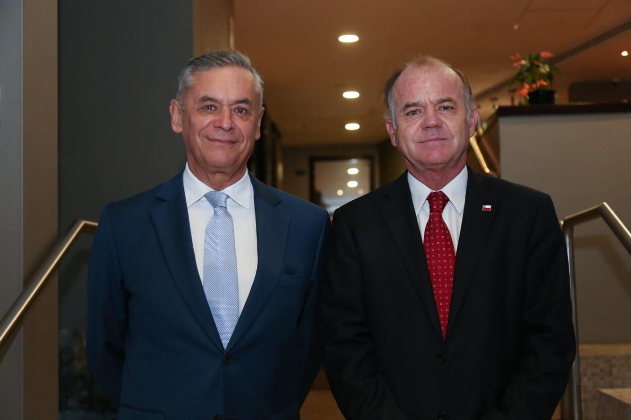 El ministro de Agricultura de Chile, Antonio Walker y su homónimo peruano, Gustavo Mostajo, en una foto oficial durante la reunión en Lima la semana pasada. (Foto: Twitter/ @MinagriCL)