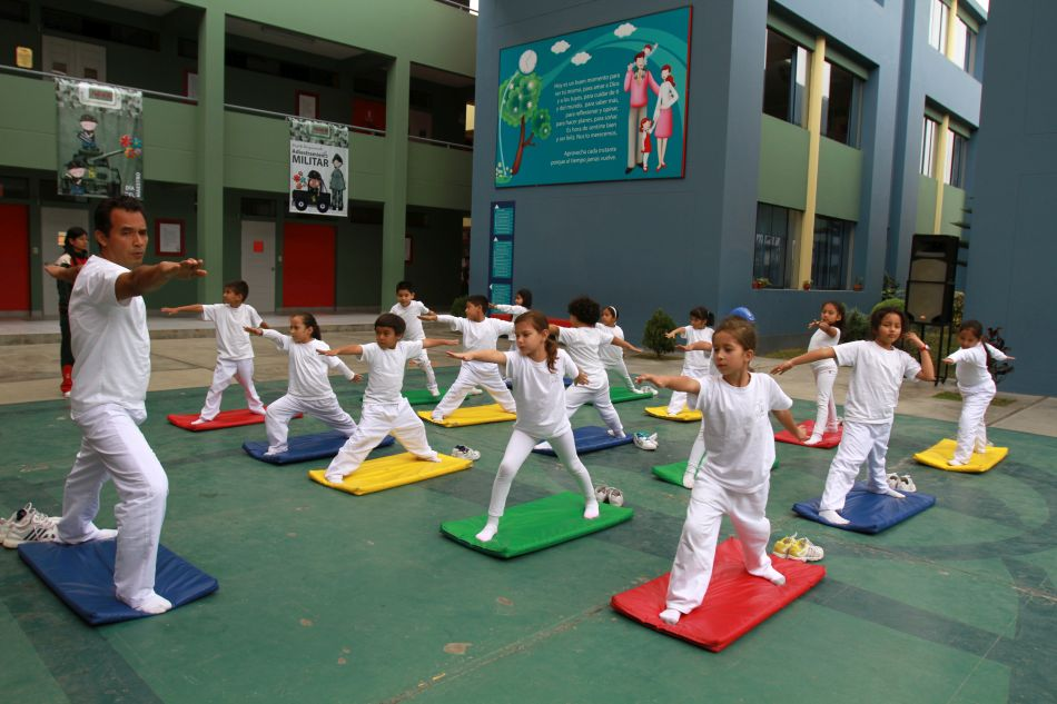 En las clases de educación física, los niños deben usar bloqueador solar y tener agua al alcance para hidratarse. (Foto: El Comercio)