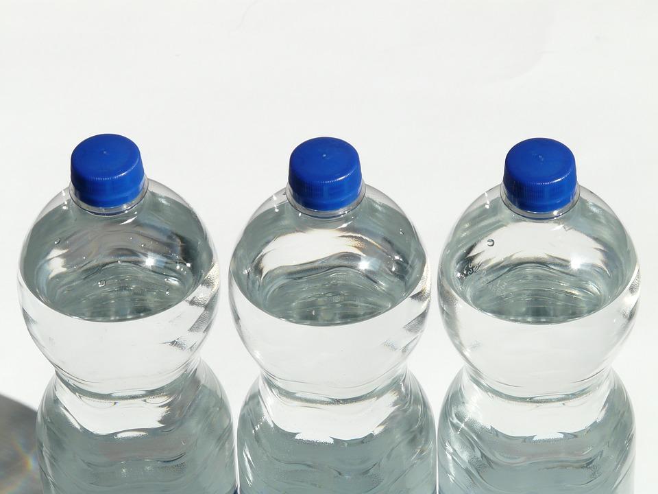 Hidratarse con agua es muy importante mintras manejas largos tramos. (Foto: Pixabay)