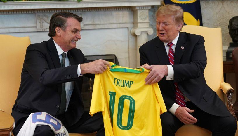 Trump y Bolsonaro intercambian camisetas de fútbol con sus nombres. (Foto: EFE)