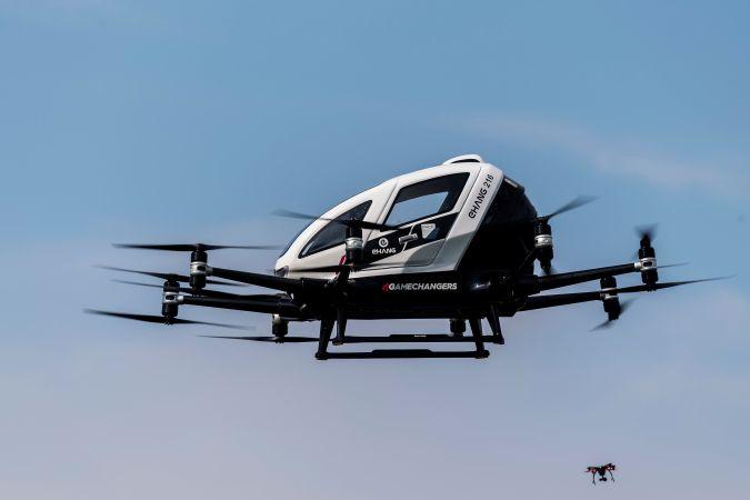 Estos drones funcionan de forma autónoma y el pasajero sólo debe seleccionar un destino prefijado para que el vehículo despegue, vuele y lo deje en el lugar elegido. (Foto: EFE)