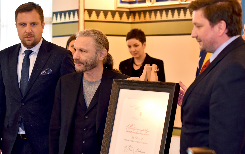 Bruce Dickinson siendo declarado ciudadano de honor de Sarajevo. (Foto: AFP)
